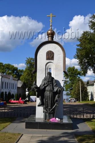 Памятник Макарию в Калязине