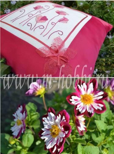 Вышитая крестиком подушка с цветами